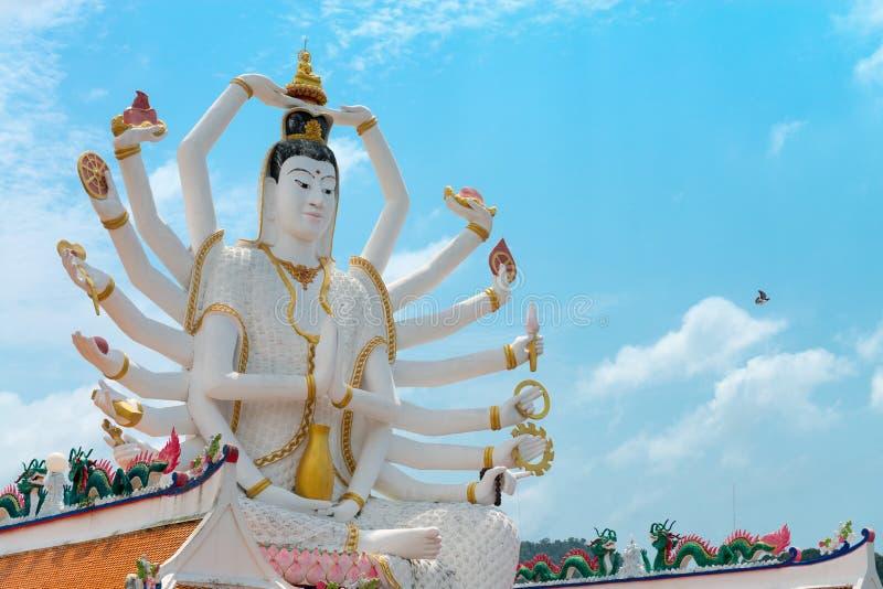 18 ręk bóg statua Guanyin na tle niebieskie niebo w templ fotografia stock