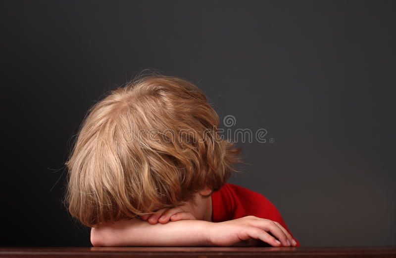 ręk chłopiec głowa jego target1969_0_ potomstwa obraz stock