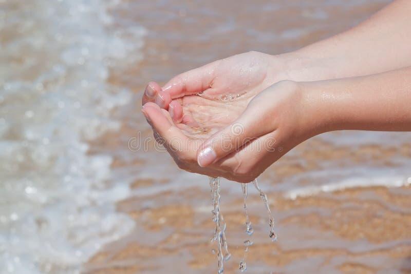 ręk denna wp8lywy woda zdjęcie stock
