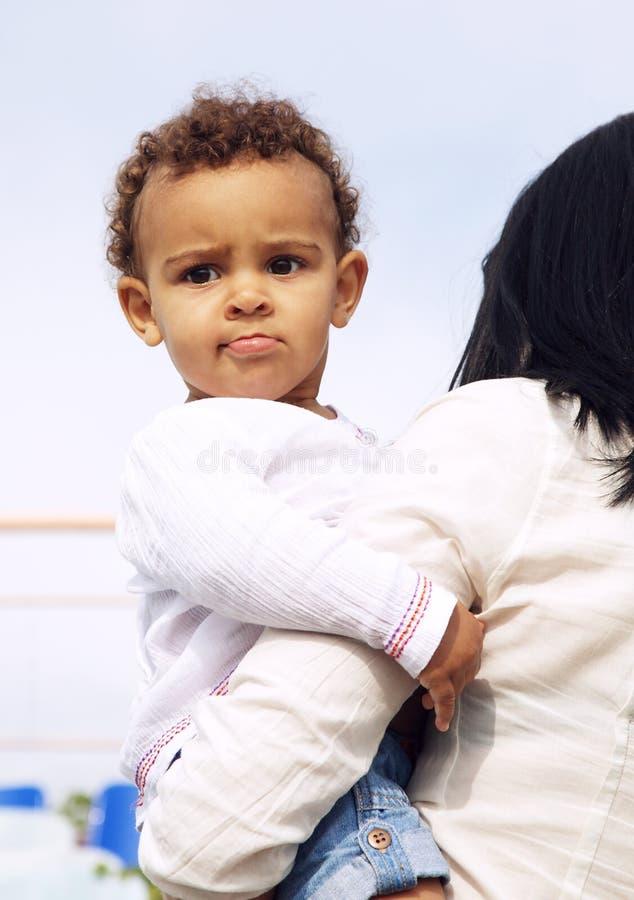 ręk dziecka śliczna dziewczyna matki jej obsiadanie s obraz royalty free