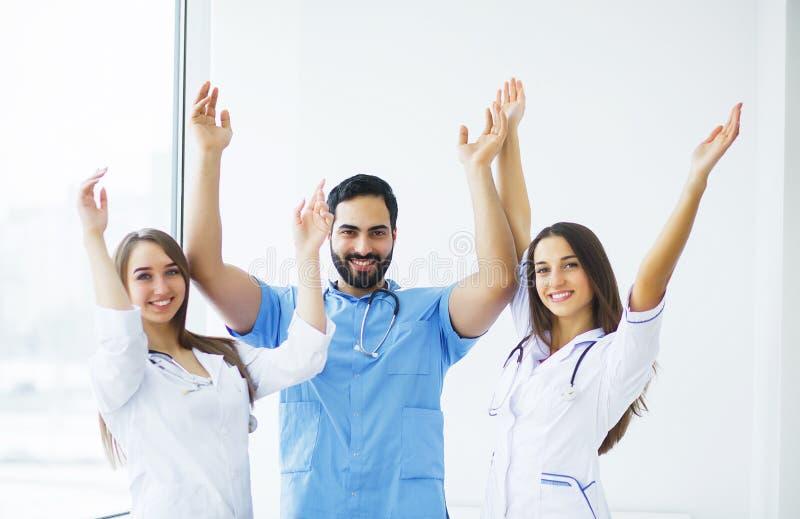 ręk opieki zdrowie odosobneni opóźnienia Lekarki pracuje wpólnie jako drużyna dla motywaci, su zdjęcia stock