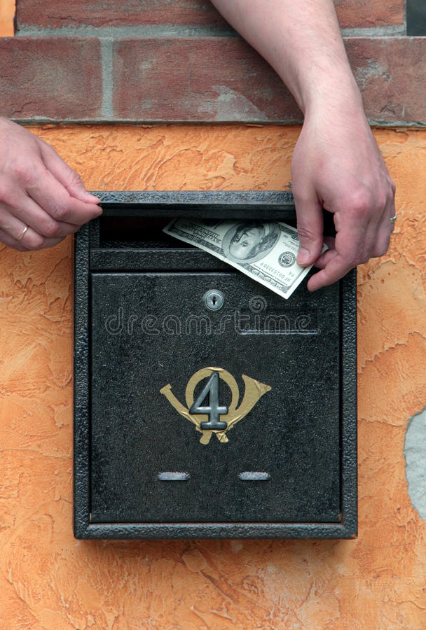 ręk skrzynka pocztowa pieniądze stawia obraz stock