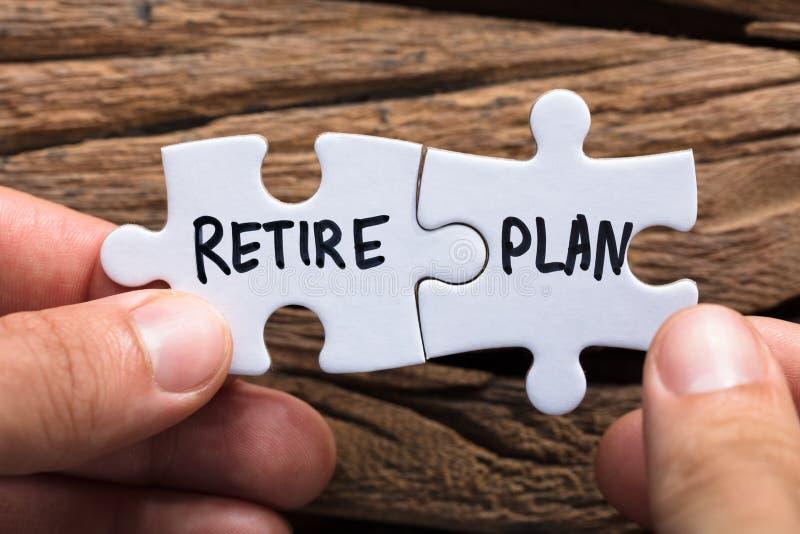Ręk Trzymać Przechodzić na emeryturę planu dopasowywania wyrzynarki kawałki zdjęcie stock