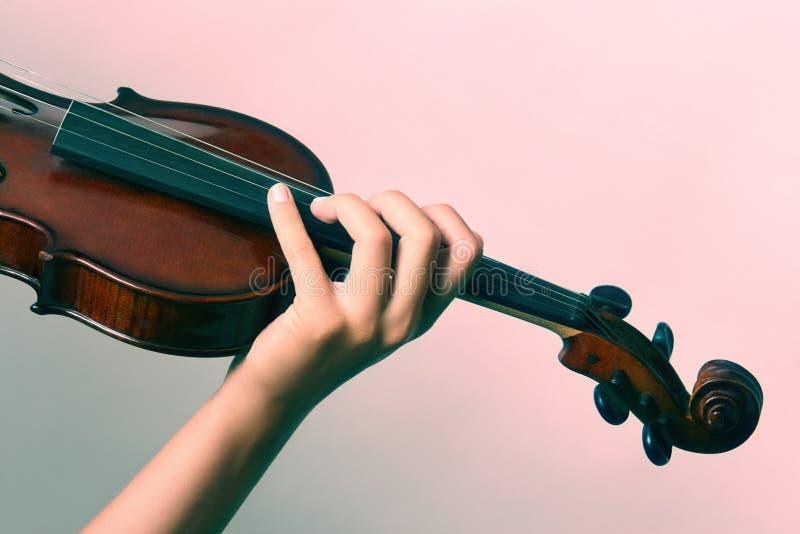 ręka bawić się skrzypce obrazy royalty free