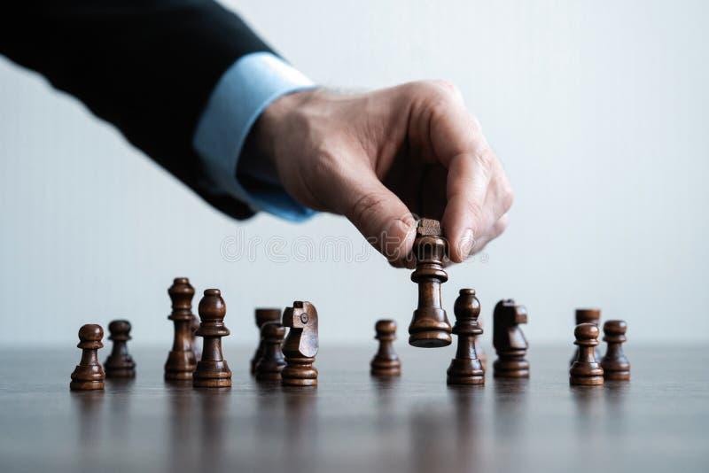 ręka biznesmen poruszająca szachowa postać w turniejowej sukces sztuce strategii, zarządzania lub przywódctwo pojęcie, zdjęcie royalty free
