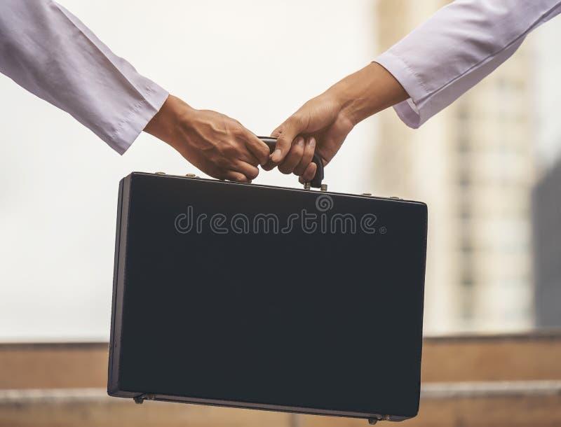 Ręka biznesmen wymienia bardzo znacząco briefca obraz royalty free