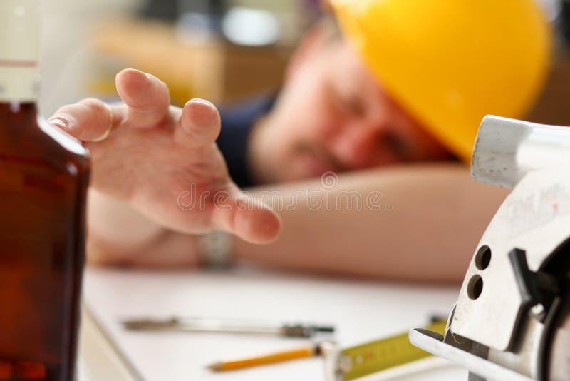 Ręka chmielny pracownik w żółtym hełmie obraz stock