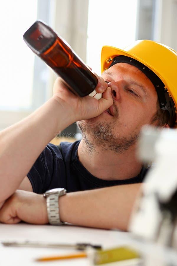 Ręka chmielny pracownik w żółtym hełmie zdjęcie stock