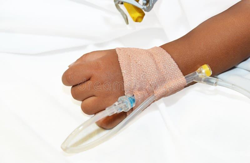 Ręka chory dziecko, intravenos ustawia infuzję. zdjęcie royalty free