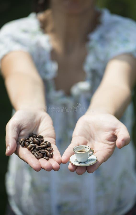 Ręka chwyt mała filiżanka kawy obraz stock