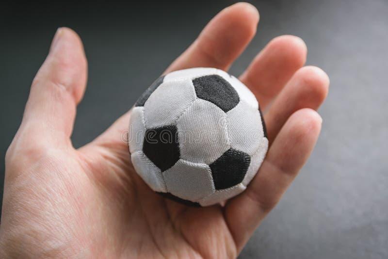 Ręka chwyt mała piłki nożnej piłka obrazy royalty free