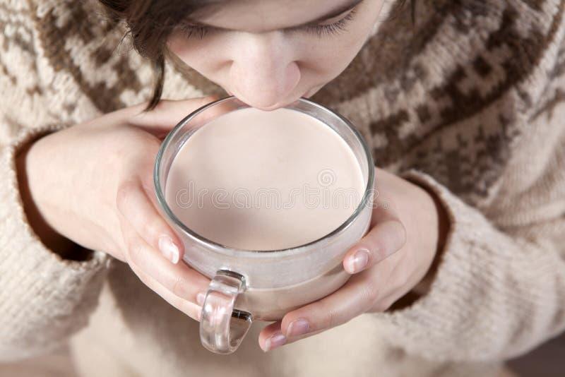 Ręka chwyta kakao zdjęcia stock