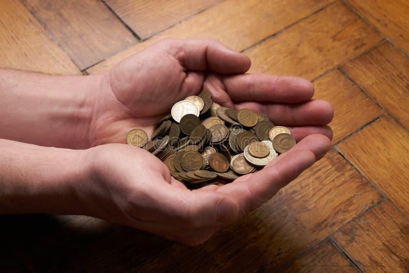 Ręka chwyta monety obrazy stock