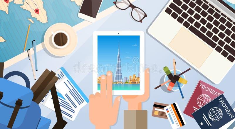 Ręka chwyta pastylki komputer Z Dubaj linii horyzontu panoramą, podróżnika miejsce pracy Z paszporta Odgórnego kąta widokiem royalty ilustracja