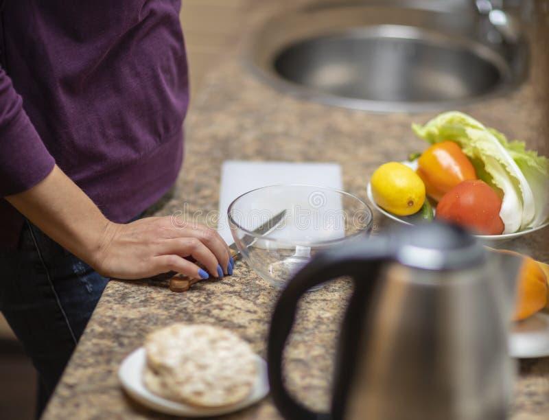 Ręka ciie warzywa dla sałatki w kuchni zdjęcie stock