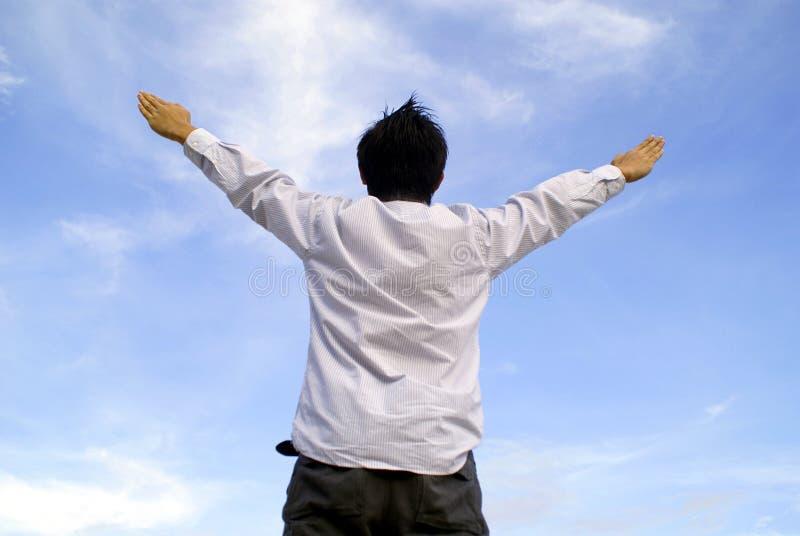 ręka człowieka wycieczkę do nieba fotografia stock