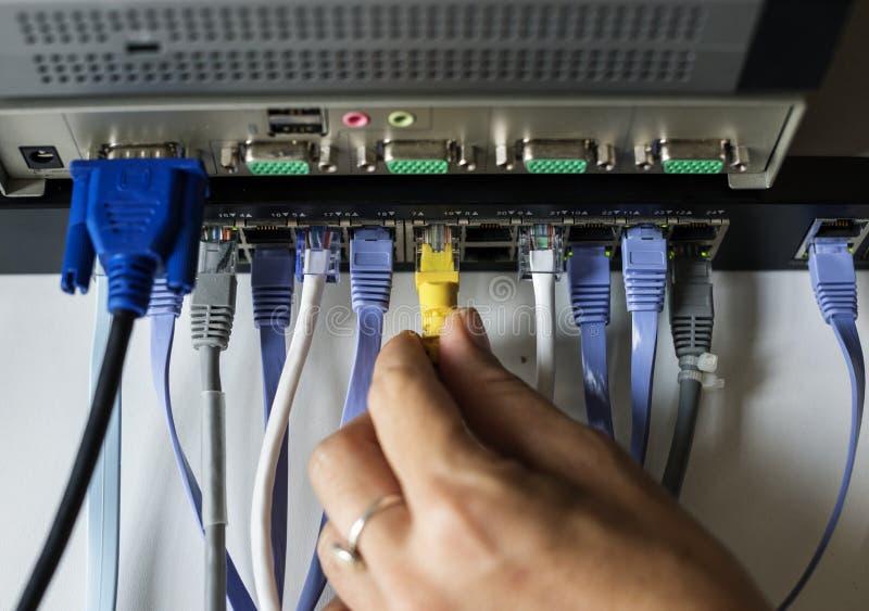 Ręka czopuje LAN kabel centrum obrazy royalty free