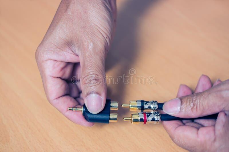 Ręka czopuje RCA kabel 3 5 mm audio stereo dźwigarka zdjęcia stock