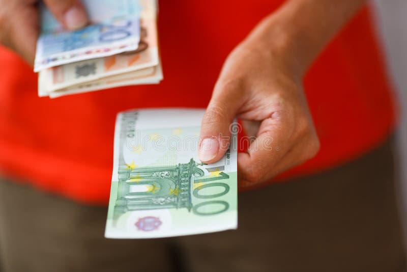 Ręka daje pieniądze mężczyzna zdjęcia royalty free