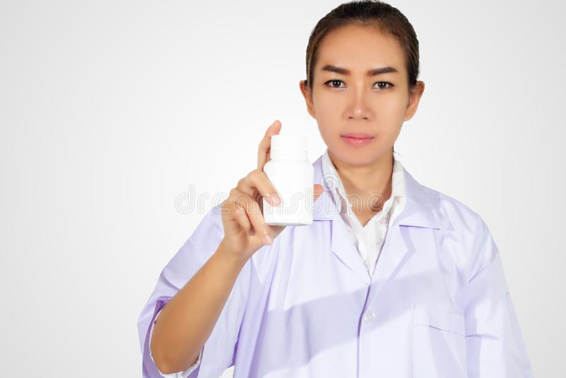 Ręka doktorska mienie medycyny butelka na białym tle zdjęcia stock