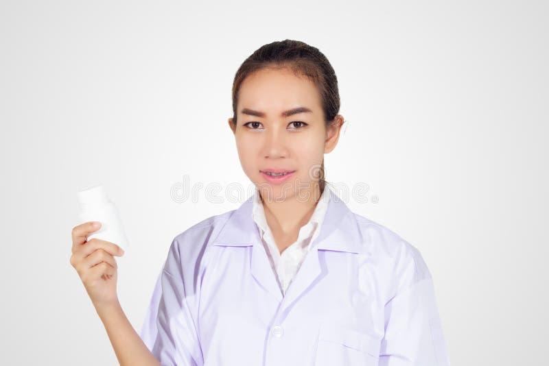 Ręka doktorska mienie medycyny butelka na białym tle obrazy royalty free