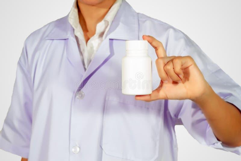Ręka doktorska mienie medycyny butelka na białym tle zdjęcie royalty free