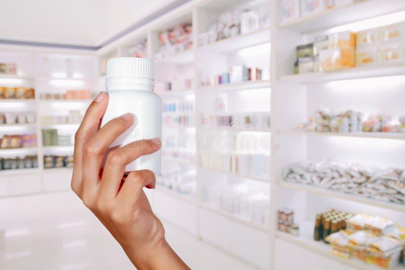 ręka doktorska mienie medycyny butelka na medycyna gabinecie i s obrazy stock
