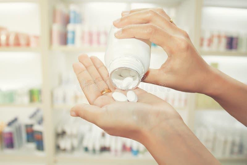 ręka doktorska mienie medycyny butelka na medycyna gabinecie i s obrazy royalty free