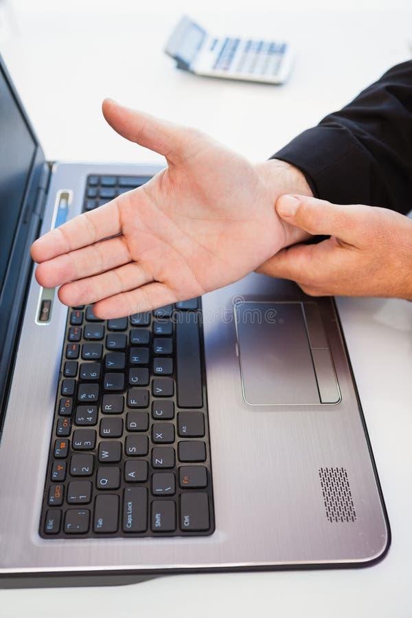 Ręka dotyka jego nadgarstek mężczyzna obrazy stock