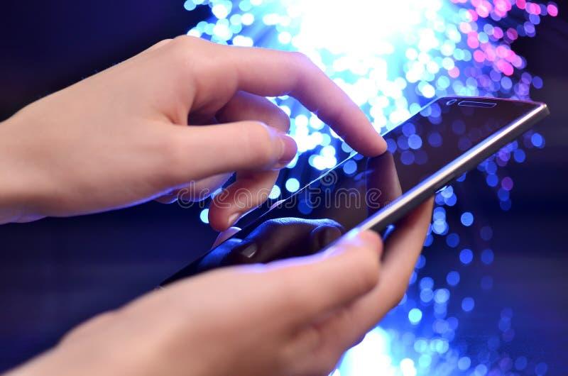 Ręka Dotyka Mądrze telefon Na Kolorowym tle zdjęcie stock