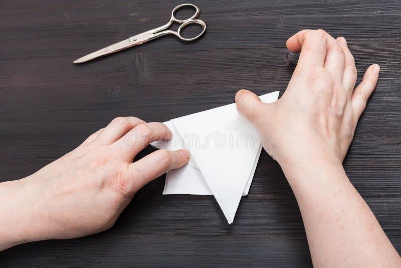 Ręka fałdu prześcieradło papier robić postaci obraz stock