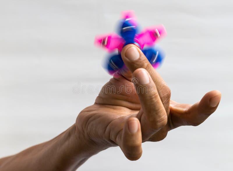 Ręka gwiazdowy kądziołek w palcach obraz stock