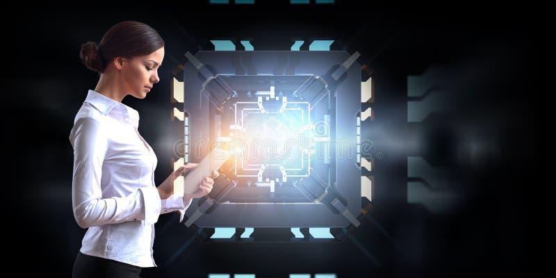 Ręka i technologii dyrekcyjny pojęcie Mieszani środki zdjęcia royalty free