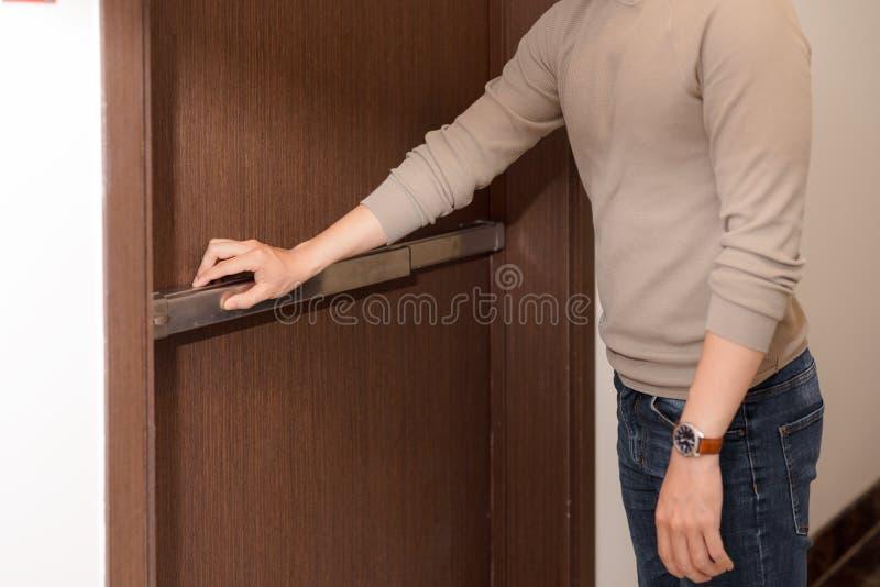 Ręka jest pchać/otwiera przeciwawaryjnego pożarniczego wyjścia drzwi fotografia royalty free