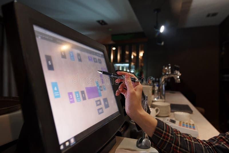 Ręka kelner trzyma fontanny pióro blisko pracującego dotyka monitoru obraz royalty free