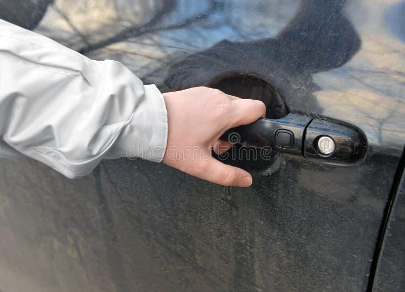 Ręka kobieta otwiera samochodowego drzwi obrazy stock