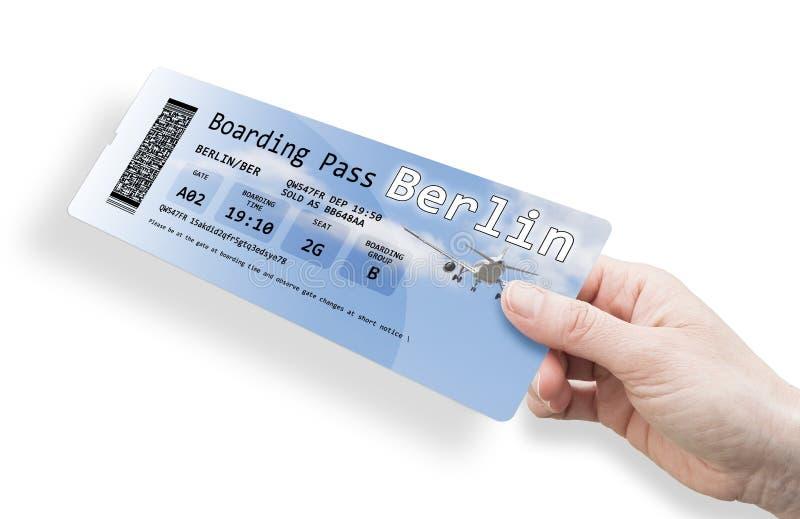 Ręka kobieta trzyma samolotowego bilet Berlin - wizerunek odizolowywający na bielu obrazy royalty free