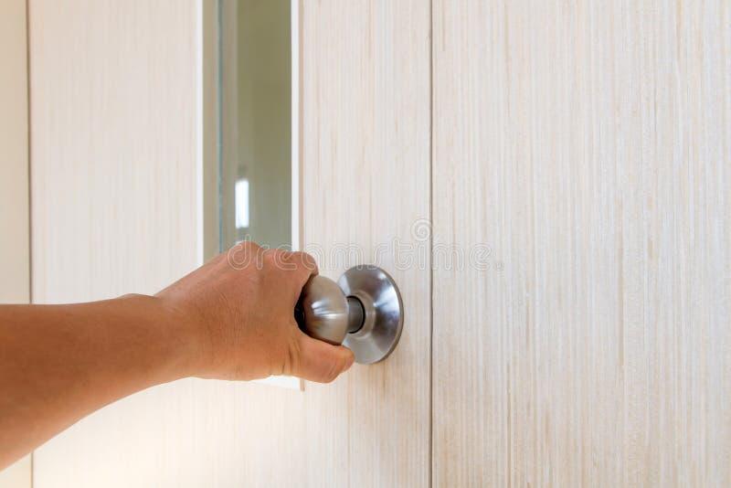 Ręka ludzie otwiera drzwi wśrodku w dzwi wejściowy, outside drzwi otwarty kładzenie obrazy royalty free