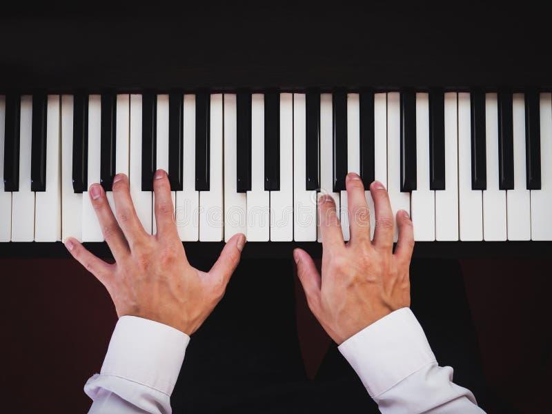 Ręka mężczyzna bawić się pianino Muzyka klasyczna instrument Odg?rny widok obrazy stock