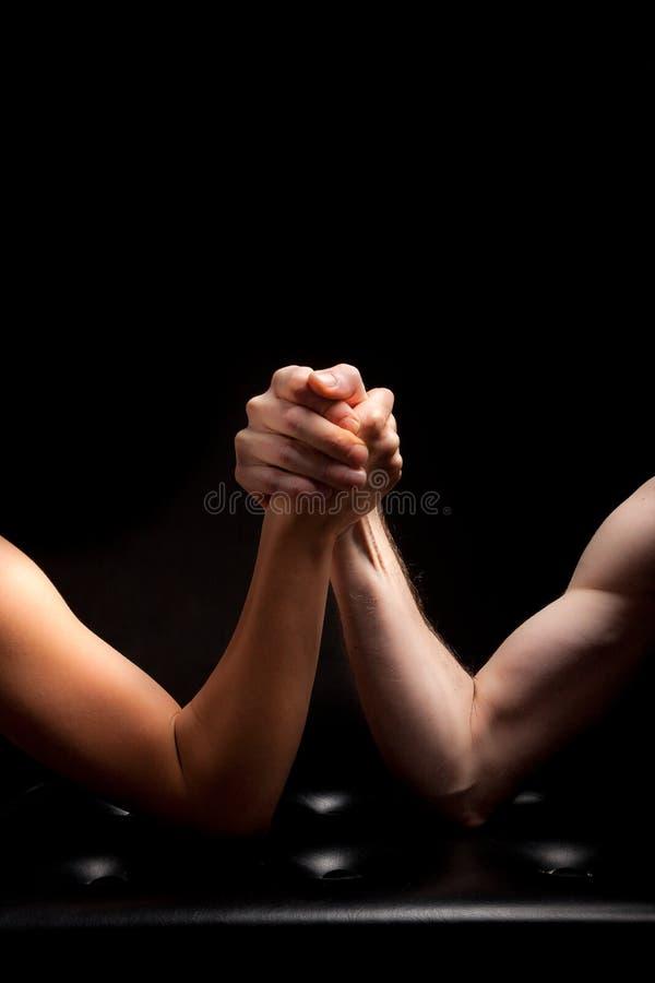 Ręka mężczyzna kobiety czerni wreslting tło fotografia stock