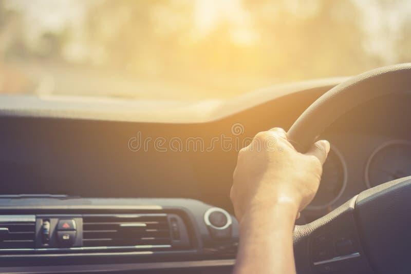 Ręka mężczyzna na kierownicy przejażdżce samochód z tłem fotografia royalty free