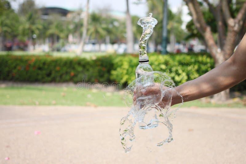 Ręka mężczyzna trzyma butelkę woda pitna obrazy stock