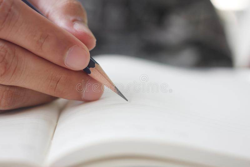 Ręka mężczyzna trzyma ołówek fotografia stock