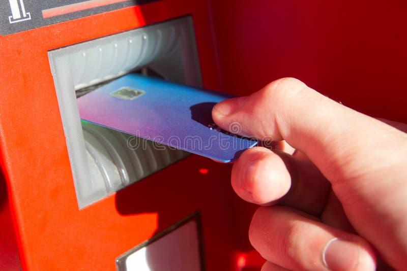 Ręka mężczyzna z kartą kredytową, używać ATM obraz royalty free