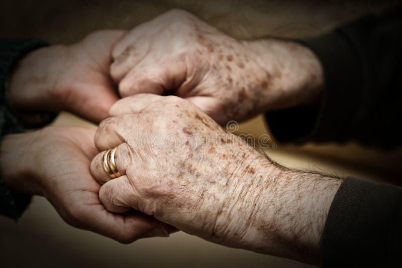 Ręka młodej kobiety chwianie który senior fotografia royalty free
