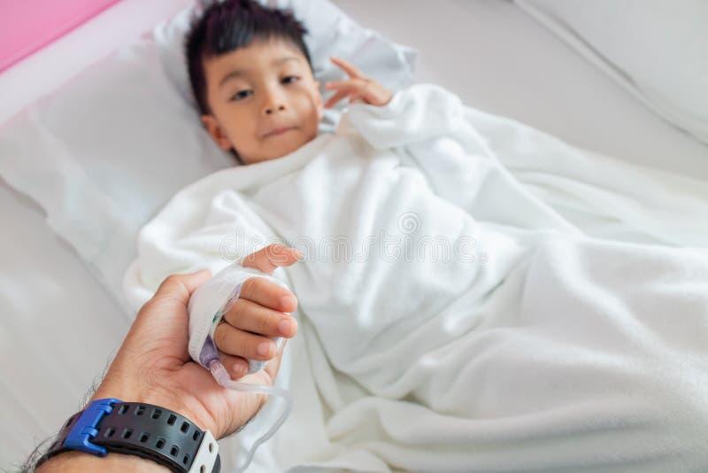 Ręka mateczne chwyt ręki z chorą chłopiec obraz stock
