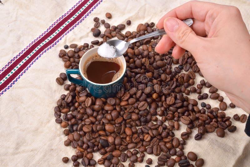 Ręka miesza cukier w zielonej filiżance kawy kobieta pieczeń obrazy royalty free