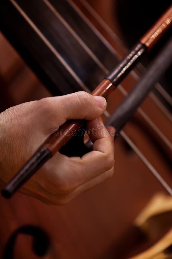 Ręka muzyk bawić się kontrabas zdjęcia royalty free