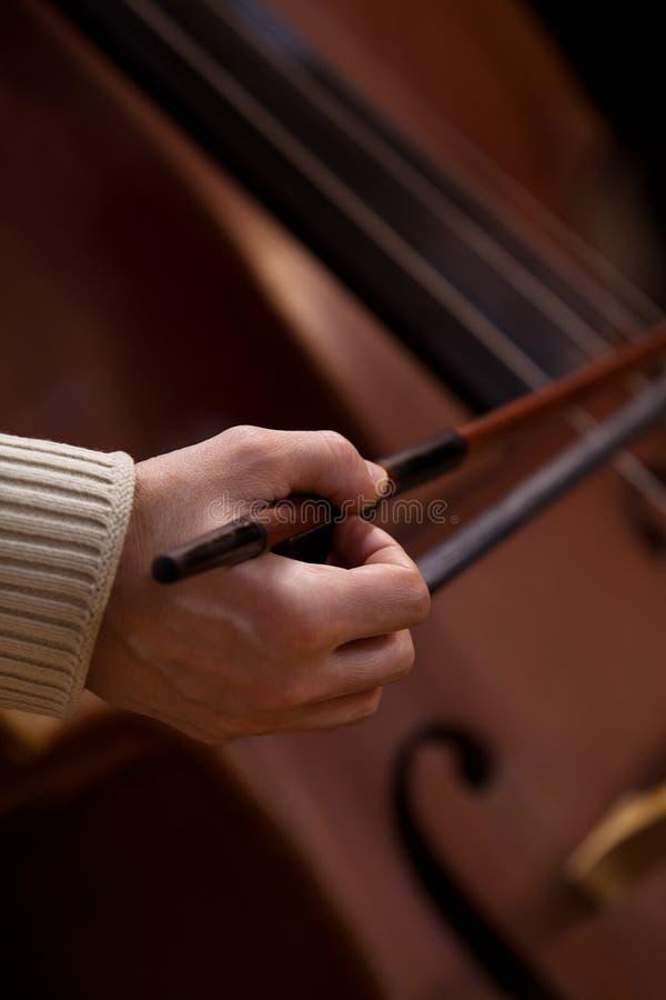 Ręka muzyk bawić się kontrabas fotografia stock