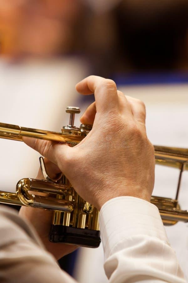 Ręka muzyk bawić się trąbkę fotografia royalty free